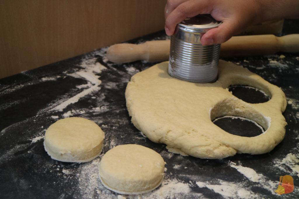 Proceso de cortar los scones