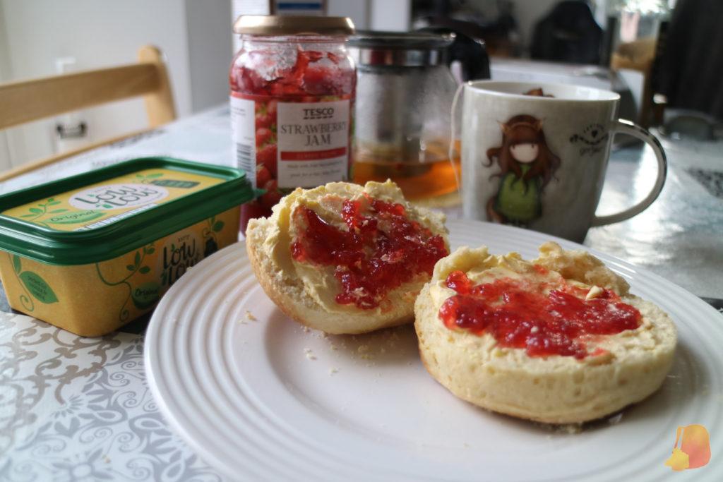 Scones caseros con mantequilla y mermelada