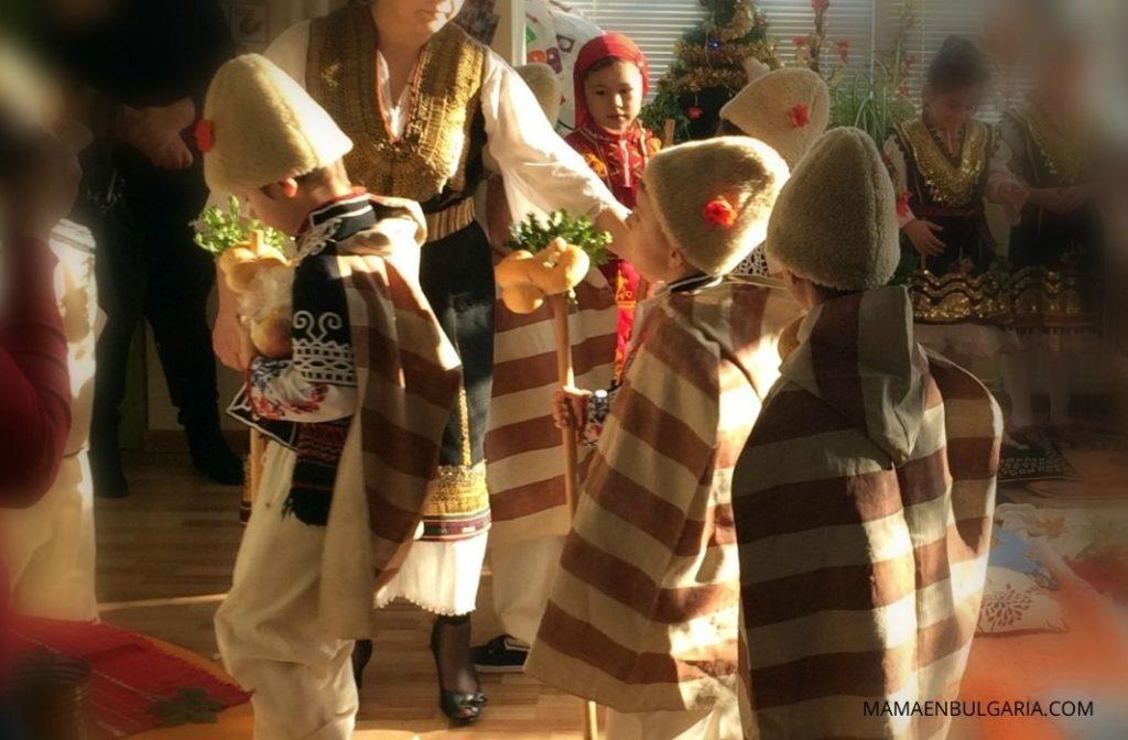 Niños con la vestimenta tradicional